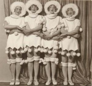 vier Frauen in Schneekostümen